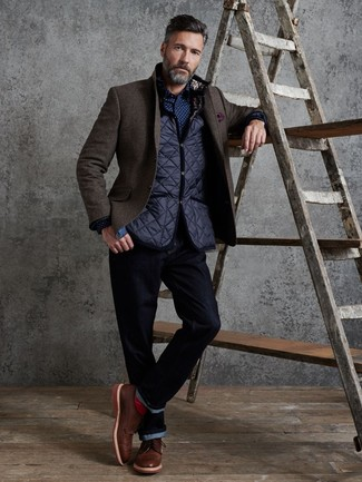 Как и с чем носить: темно-синяя стеганая куртка без рукавов, темно-коричневый шерстяной пиджак, темно-сине-белая рубашка с длинным рукавом в горошек, темно-синие джинсы
