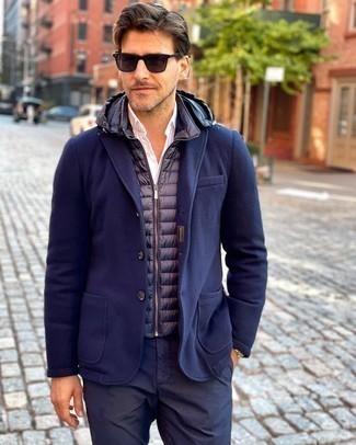 С чем носить золотые часы мужчине: Если у тебя наметился суматошный день, сочетание темно-синей стеганой куртки без рукавов и золотых часов поможет создать практичный образ в стиле кэжуал.