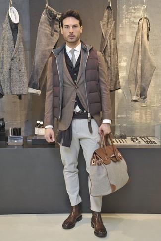 Как и с чем носить: коричневая стеганая куртка без рукавов, коричневый пиджак в шотландскую клетку, темно-коричневый свитер с круглым вырезом, черный жилет