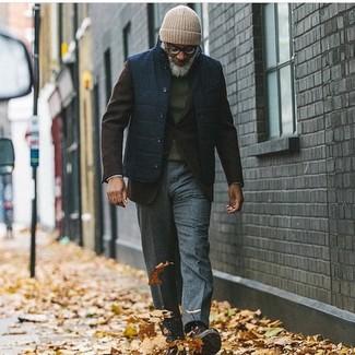 Как и с чем носить: темно-синяя куртка без рукавов, темно-коричневый шерстяной пиджак, темно-зеленый свитер с круглым вырезом, темно-серые шерстяные классические брюки
