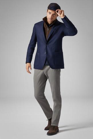 Темно-синяя кепка: с чем носить и как сочетать мужчине: Коричневая куртка без рукавов и темно-синяя кепка позволят создать легкий и комфортный ансамбль для выходного в парке или вечера в баре с друзьями. Думаешь добавить в этот образ нотку строгости? Тогда в качестве обуви к этому луку, выбирай темно-коричневые замшевые ботинки дезерты.