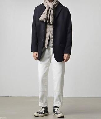 Темно-синий шерстяной пиджак: с чем носить и как сочетать мужчине: Составив лук из темно-синего шерстяного пиджака и белых брюк чинос, получишь подходящий мужской лук для неофициальных встреч после работы. Такой ансамбль несложно приспособить к повседневным делам, если дополнить его черными высокими кедами из плотной ткани.