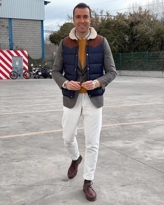 С чем носить темно-синюю стеганую куртку без рукавов мужчине: Темно-синяя стеганая куртка без рукавов и белые вельветовые брюки чинос — прекрасный выбор, если ты ищешь расслабленный, но в то же время модный мужской образ. Дополнив ансамбль темно-красными кожаными ботинками дезертами, получим потрясающий результат.