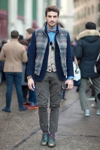 Как и с чем носить: темно-синяя шерстяная куртка без рукавов в клетку, темно-синий шерстяной вязаный пиджак, бежевый трикотажный жилет, синяя классическая рубашка в горошек