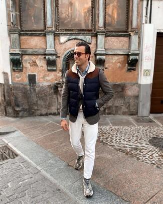 С чем носить темно-синюю стеганую куртку без рукавов мужчине: В паре друг с другом темно-синяя стеганая куртка без рукавов и белые джинсы выглядят наиболее выгодно. Заверши лук серыми кроссовками, если не хочешь, чтобы он получился слишком формальным.