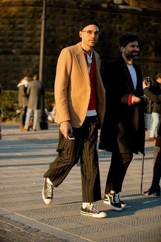 Мужские луки в стиле смарт-кэжуал: Составив лук из красной куртки без рукавов и темно-зеленых брюк чинос в вертикальную полоску, можно уверенно идти на свидание с возлюбленной или встречу с друзьями в расслабленной обстановке. Пара черно-белых кожаных низких кед позволит сделать лук более целостным.