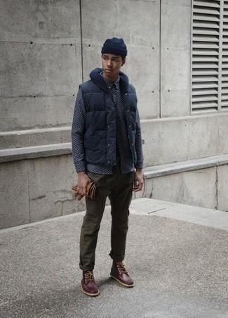 Как и с чем носить: темно-синяя куртка без рукавов, темно-синяя рубашка с длинным рукавом с принтом, оливковые брюки чинос, темно-коричневые кожаные рабочие ботинки