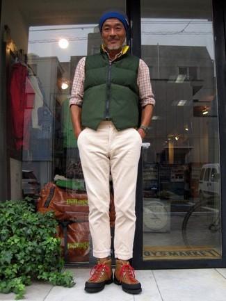 Как и с чем носить: темно-зеленая стеганая куртка без рукавов, бежевая рубашка с длинным рукавом в шотландскую клетку, бежевые брюки чинос, коричневые замшевые высокие кеды