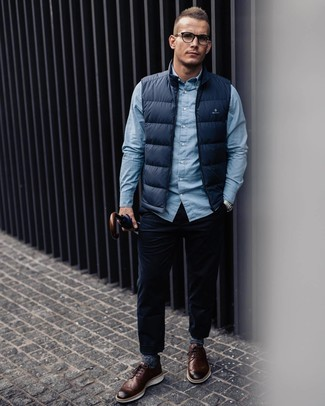Как и с чем носить: темно-синяя куртка без рукавов, голубая рубашка с длинным рукавом, темно-синие вельветовые джинсы, коричневые кожаные броги