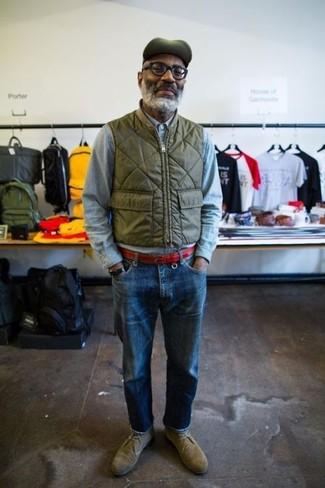 Как и с чем носить: оливковая куртка без рукавов, голубая рубашка с длинным рукавом из шамбре, синие джинсы, оливковые замшевые ботинки дезерты