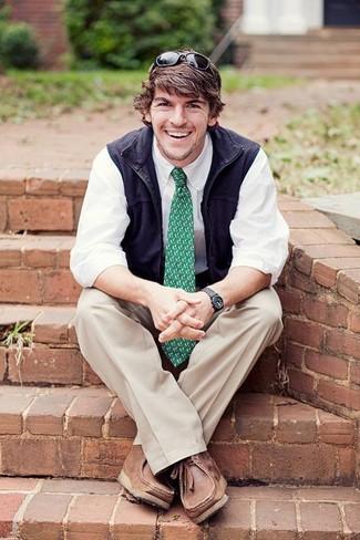 Зеленый галстук с принтом: с чем носить и как сочетать мужчине: Несмотря на то, что это классический лук, лук из темно-синей куртки без рукавов и зеленого галстука с принтом является неизменным выбором стильных мужчин, неизбежно покоряя при этом сердца представительниц прекрасного пола. Закончив ансамбль коричневыми кожаными повседневными ботинками, можно привнести в него динамичность.