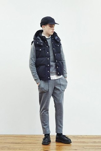 Темно-синяя куртка без рукавов: с чем носить и как сочетать мужчине: Современным парням, которые хотят держать руку на пульсе последних тенденций, рекомендуем обратить внимание на это сочетание темно-синей куртки без рукавов и белой рубашки с длинным рукавом. Вместе с этим образом гармонично будут выглядеть черные кожаные ботинки дезерты.