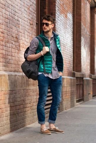 Зеленая куртка без рукавов и темно-синие джинсы — необходимые вещи в гардеробе любителей стиля casual. Вкупе с этим нарядом органично будут смотреться светло-коричневые замшевые топсайдеры.