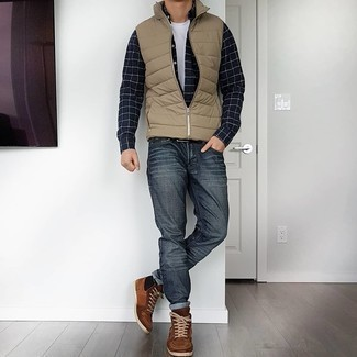 С чем носить темно-серые джинсы мужчине: Светло-коричневая стеганая куртка без рукавов и темно-серые джинсы — must have вещи в гардеробе современного жителя мегаполиса. Любители рискованных вариантов могут завершить образ коричневыми замшевыми высокими кедами.