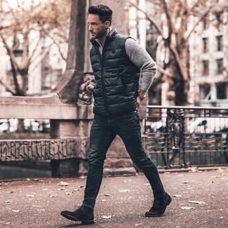 Как и с чем носить: черная куртка без рукавов, серый свитер с воротником на молнии, темно-синие зауженные джинсы, черные замшевые классические ботинки