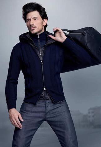 Как и с чем носить: черная куртка без рукавов, темно-синий свитер с воротником на молнии, темно-синий свитер на молнии, темно-синие джинсы