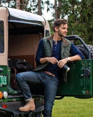Как и с чем носить: темно-зеленая стеганая куртка без рукавов, темно-синий свитер с горловиной на пуговицах, темно-синие джинсы, светло-коричневые кожаные повседневные ботинки