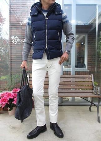 Как и с чем носить: темно-синяя стеганая куртка без рукавов, серый свитер с круглым вырезом с жаккардовым узором, белые брюки чинос, черные кожаные туфли дерби