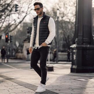 Как и с чем носить: черная куртка без рукавов, белый свитер с круглым вырезом, голубая джинсовая рубашка, черные зауженные джинсы