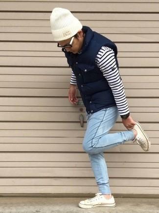 Как и с чем носить: темно-синяя стеганая куртка без рукавов, бело-темно-синий свитер с круглым вырезом в горизонтальную полоску, голубые джинсы, белые низкие кеды