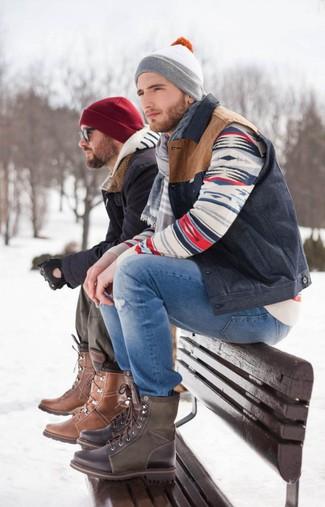 Темно-синяя куртка без рукавов: с чем носить и как сочетать мужчине: Если в одежде ты ценишь комфорт и функциональность, темно-синяя куртка без рукавов и синие рваные джинсы — прекрасный вариант для модного повседневного мужского образа. Темно-коричневые кожаные повседневные ботинки добавят луку нотки классики.
