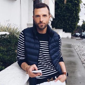 Как и с чем носить: темно-синяя стеганая куртка без рукавов, темно-сине-белый свитер с круглым вырезом в горизонтальную полоску, белые зауженные джинсы, черный кожаный ремень