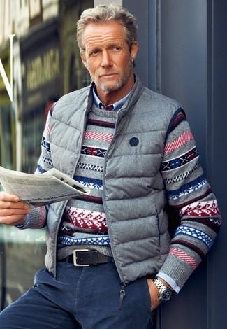 Как и с чем носить: серая куртка без рукавов, серый свитер с круглым вырезом с жаккардовым узором, голубая рубашка с длинным рукавом, темно-синие вельветовые джинсы
