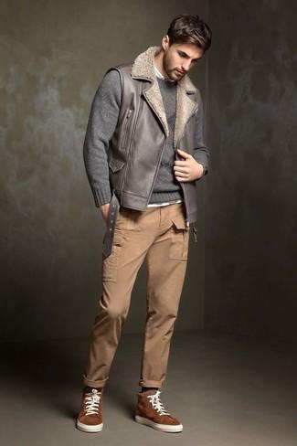 Как и с чем носить: серая кожаная куртка без рукавов, серый свитер с круглым вырезом, белая рубашка с длинным рукавом, светло-коричневые брюки карго