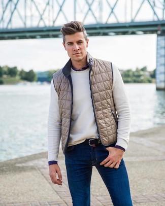 Как и с чем носить: бежевая куртка без рукавов, белый свитер с круглым вырезом, темно-синяя рубашка с длинным рукавом, синие джинсы