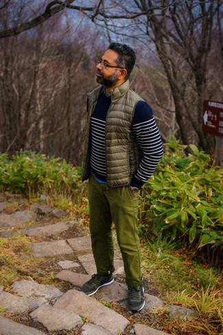 """С чем носить оливковые брюки чинос: Дуэт коричневой стеганой куртки без рукавов и оливковых брюк чинос в мужском луке позволит создать ощущение """"элегантной свободы"""". Создать красивый контраст с остальными элементами этого образа помогут темно-зеленые кроссовки."""