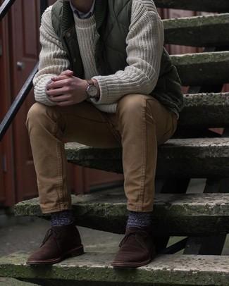 С чем носить оливковую стеганую куртку без рукавов мужчине: Составив образ из оливковой стеганой куртки без рукавов и светло-коричневых брюк чинос, можно спокойно отправляться на свидание с девушкой или вечер с коллегами в непринужденной обстановке. Хотел бы привнести в этот наряд толику классики? Тогда в качестве дополнения к этому луку, обрати внимание на темно-коричневые замшевые ботинки дезерты.