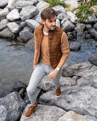 Как и с чем носить: табачная замшевая куртка без рукавов, светло-коричневый свитер с круглым вырезом, белая футболка с круглым вырезом, серые брюки чинос