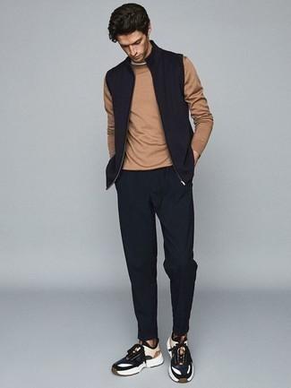 Темно-синяя куртка без рукавов: с чем носить и как сочетать мужчине: Образ из темно-синей куртки без рукавов и темно-синих брюк чинос позволит создать интересный мужской лук в стиле кэжуал. Этот образ органично дополнят темно-сине-белые кроссовки.