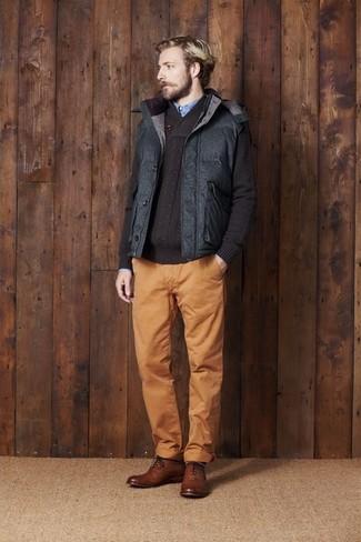 Темно-серая стеганая куртка без рукавов: с чем носить и как сочетать мужчине: Несмотря на свою несложность, дуэт темно-серой стеганой куртки без рукавов и табачных брюк чинос неизменно нравится стильным молодым людям, неизбежно покоряя при этом дамские сердца. Если ты предпочитаешь смелые решения в своих образах, закончи этот коричневыми кожаными брогами.