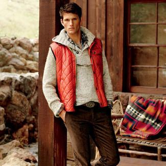 Как и с чем носить: красная куртка без рукавов, бежевый свитер с хомутом, разноцветная рубашка с длинным рукавом в шотландскую клетку, темно-коричневые вельветовые джинсы