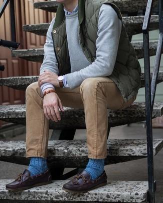 С чем носить оливковую стеганую куртку без рукавов мужчине: Оливковая стеганая куртка без рукавов и светло-коричневые джинсы будет прекрасным вариантом для непринужденного повседневного образа. Темно-коричневые кожаные топсайдеры великолепно впишутся в лук.