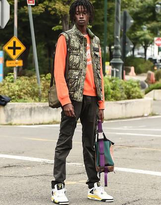Как и с чем носить: оливковая куртка без рукавов с камуфляжным принтом, оранжевый свитшот с принтом, белая футболка с круглым вырезом, оливковые брюки карго