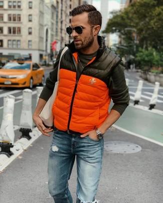 Как и с чем носить: оранжевая стеганая куртка без рукавов, темно-серая футболка с длинным рукавом, синие рваные джинсы, бежевая большая сумка из плотной ткани