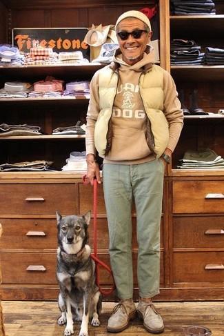 Как и с чем носить: бежевая стеганая куртка без рукавов, светло-коричневый худи с принтом, оливковые брюки чинос, серые замшевые ботинки дезерты