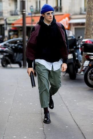 Как и с чем носить: пурпурная куртка без рукавов, черный худи, голубая рубашка с длинным рукавом в вертикальную полоску, темно-зеленые брюки чинос