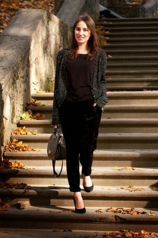 Собираясь в кино или кафе, обрати внимание на сочетание коричневой блузки и черных бархатных пижамных штанов. Выбирая обувь, сделай ставку на классику и надень черные замшевые туфли.