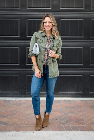 Как и с чем носить: оливковая куртка в стиле милитари, темно-синяя блуза с коротким рукавом с цветочным принтом, синие рваные джинсы скинни, коричневые замшевые ботильоны