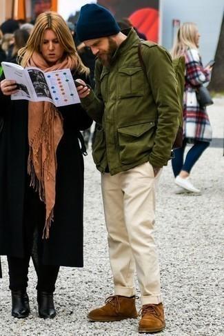 С чем носить коричневые замшевые ботинки дезерты: Оливковая куртка в стиле милитари и бежевые брюки чинос — must have составляющие в гардеробе парней с классным чувством стиля. В качестве дополнения к ансамблю здесь напрашиваются коричневые замшевые ботинки дезерты.