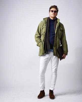 Как и с чем носить: оливковая куртка в стиле милитари, темно-синяя водолазка, голубая джинсовая рубашка, белые брюки чинос