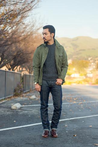 Мужские луки: Несмотря на свою несложность, образ из оливковой куртки в стиле милитари и темно-синих джинсов неизменно нравится стильным молодым людям, а также покоряет сердца противоположного пола. Думаешь привнести в этот лук толику изысканности? Тогда в качестве обуви к этому луку, выбери темно-красные кожаные повседневные ботинки.