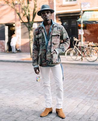 Как и с чем носить: оливковая куртка в стиле милитари с камуфляжным принтом, голубая джинсовая рубашка, белые брюки чинос, светло-коричневые замшевые ботинки челси