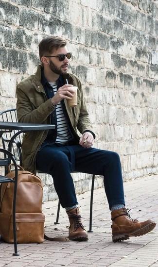 Как и с чем носить: оливковая куртка в стиле милитари, темно-синяя джинсовая рубашка, бело-темно-синяя футболка с круглым вырезом в горизонтальную полоску, темно-синие брюки чинос