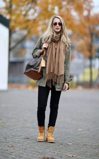 Как и с чем носить: оливковая куртка в стиле милитари, черные джинсы скинни, светло-коричневые ботинки на шнуровке из нубука, темно-коричневая кожаная сумка-мешок
