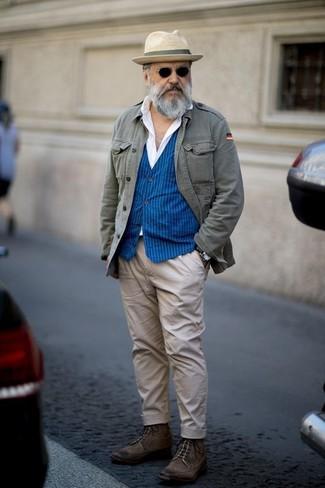 Модный лук: серая куртка в стиле милитари, синий жилет в вертикальную полоску, белая классическая рубашка, бежевые брюки чинос