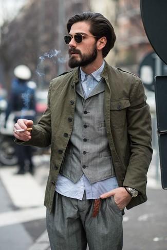 Как и с чем носить: оливковая куртка в стиле милитари, серый жилет, голубая рубашка с длинным рукавом из жатого хлопка, серые классические брюки